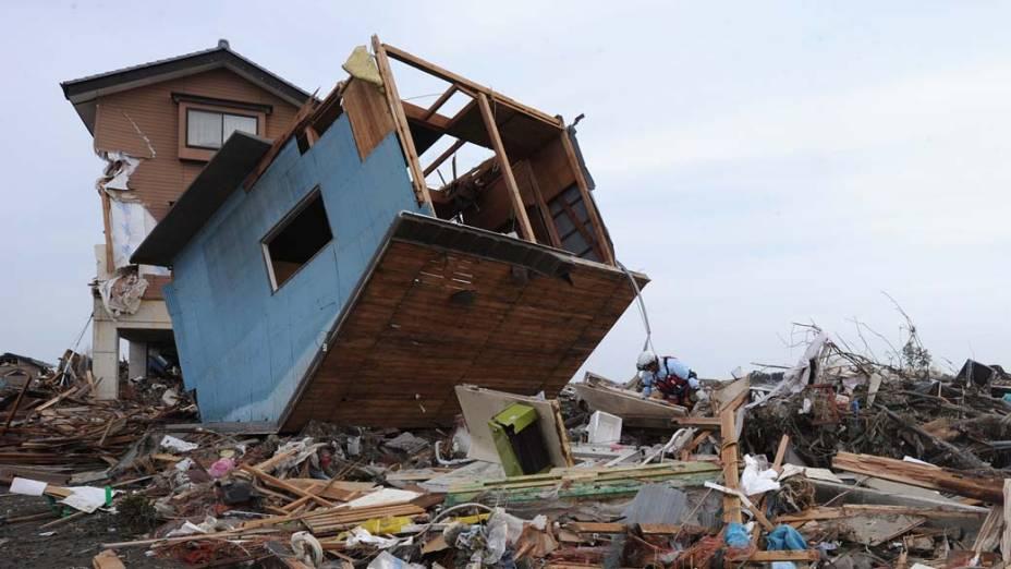 Homem da equipe de resgate na cidade de Natori, Japão