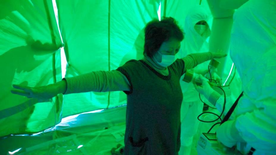 Equipe médica mede  nível de exposição a radiação nuclear em mulher na cidade de Hitachi, Japão