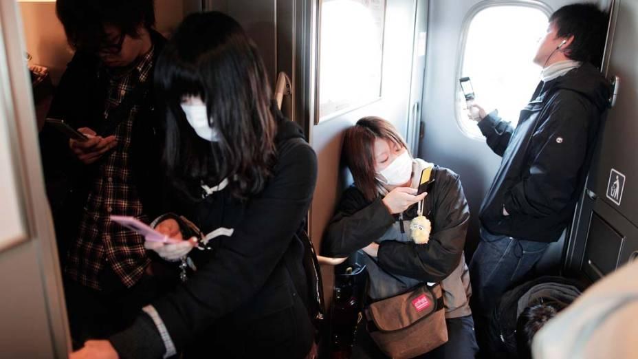Jovens deixam Tóquio seis dias após o terremoto e tsunami que atingiram o Japão. Japoneses temem contaminação em massa, já que os ventos podem levar a radioatividade de Fukushima para a metrópole