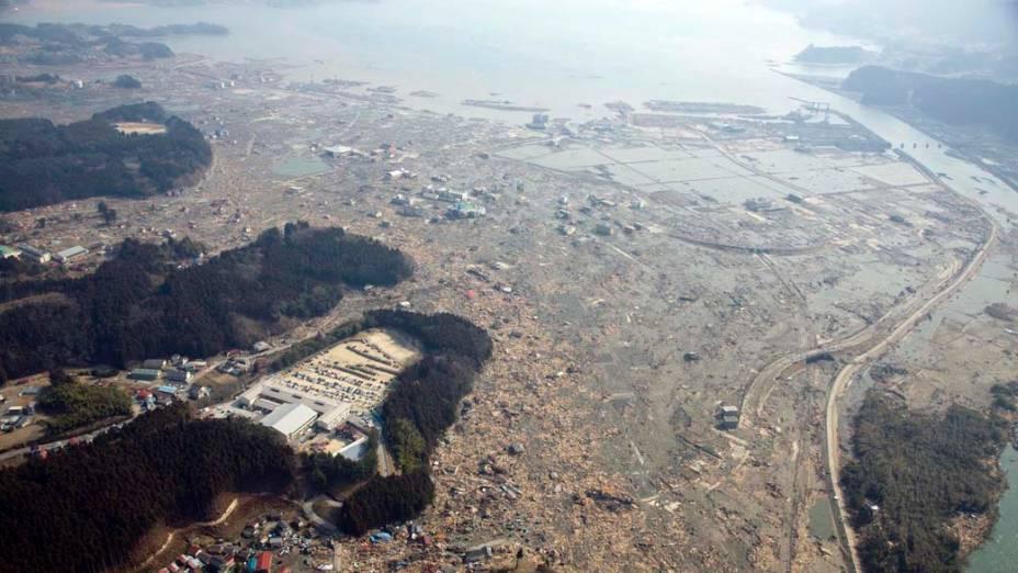 Vista aérea de Rikuzentakata, dias após o terremoto e tsunami que atingiram o Japão
