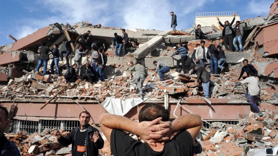 Escombros de um prédio após o terremoto em Van, Turquia