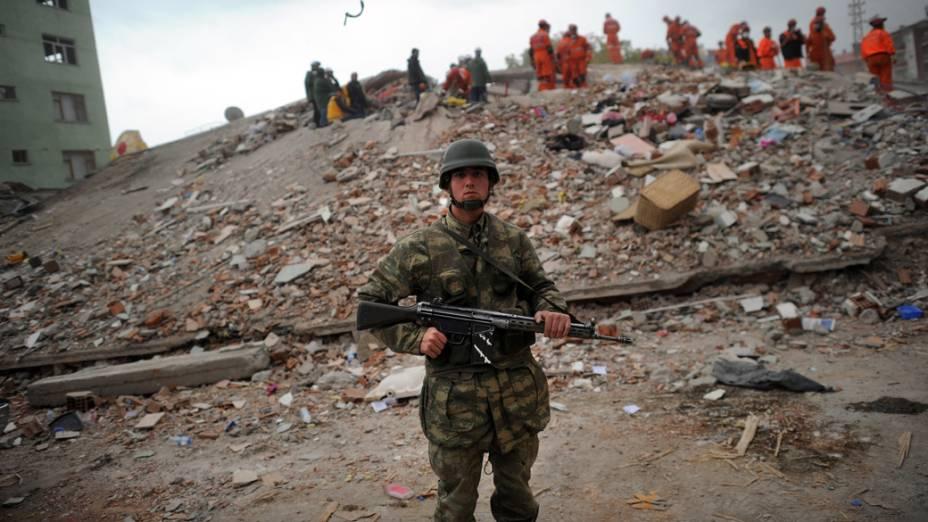 Soldado turco durante o resgate de sobreviventes nos escombros de um edifício que desabou após um terremoto em Ercis, Turquia