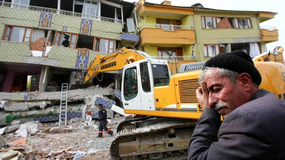 Edifícios destruídos pelo terremoto em Ercis, na Turquia