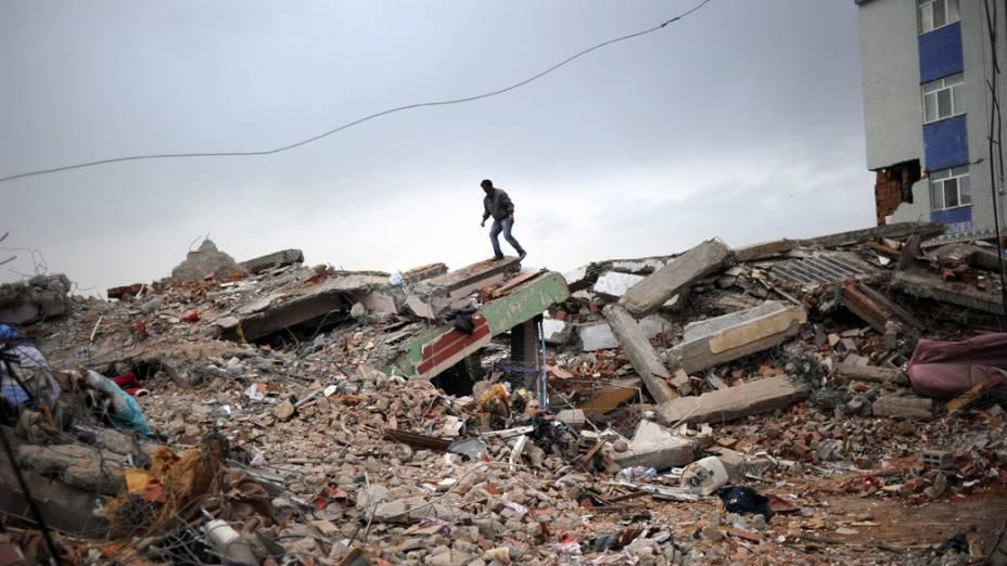 Homem caminha por escombros em Erics, na Turquia