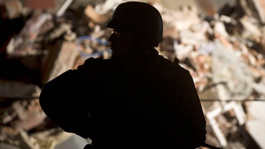 Soldado procura por vítimas do terremoto em Ercis, na Turquia