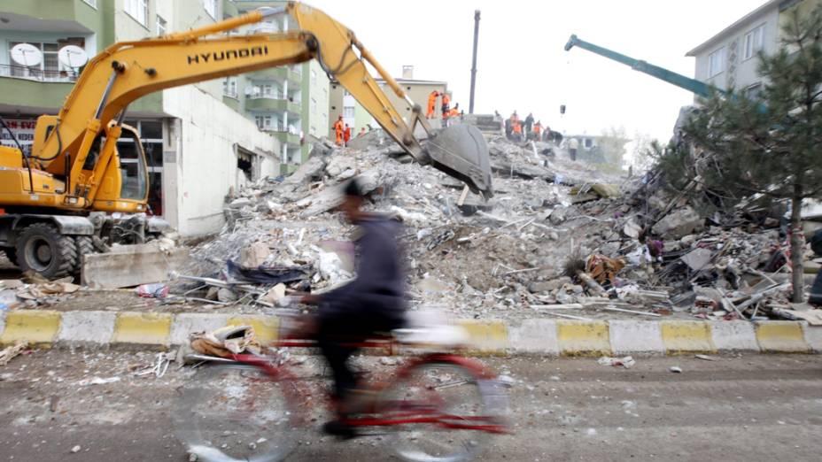 Homem passa por destroços provocados pelo terremoto em Erics, na Turquia