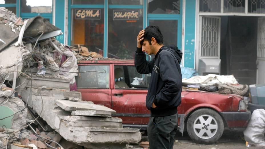 Morador passa por escombros em Van, na Turquia