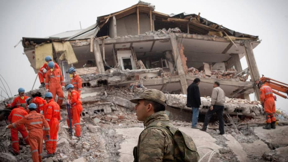 Prédio destruído pelo terremoto em Van, na Turquia