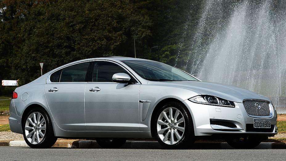 Jaguar XF: compacto e com linhas menos arredondadas