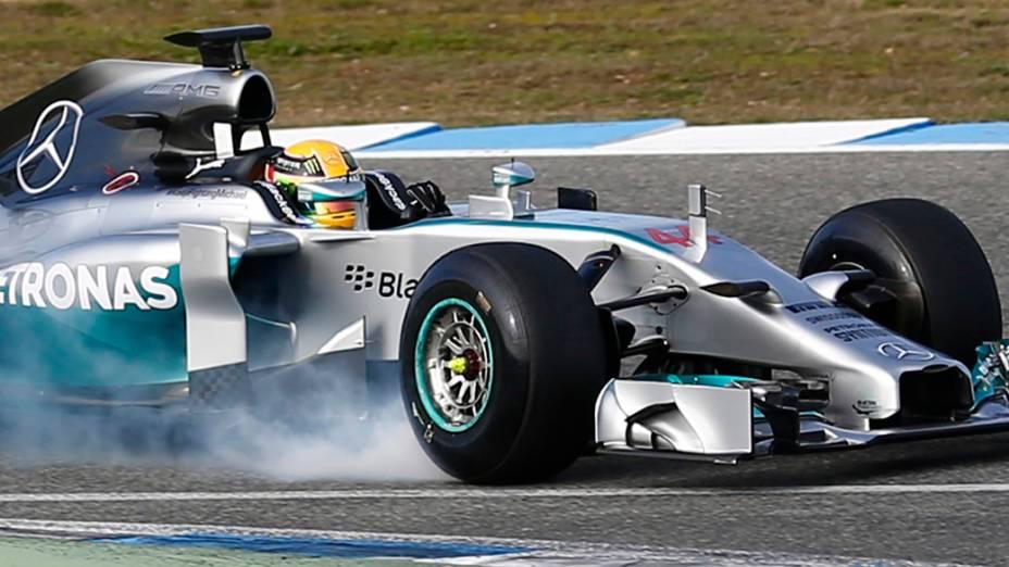 Lewis Hamilton testa novo carro da Mercedes
