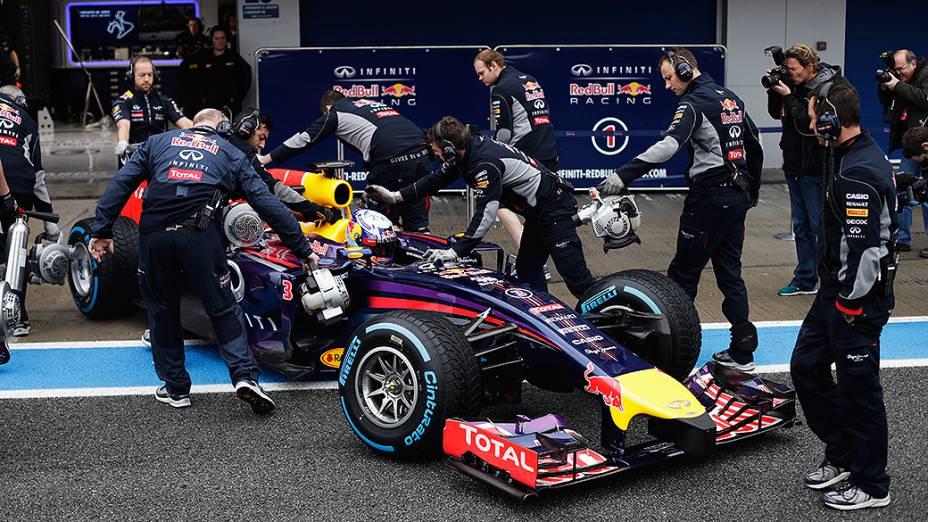 Red Bull de Daniel Ricciardo conduzida aos boxes da equipe durante o último dia de testes da Fórmula 1, em Jerez de La Frontera, na Espanha