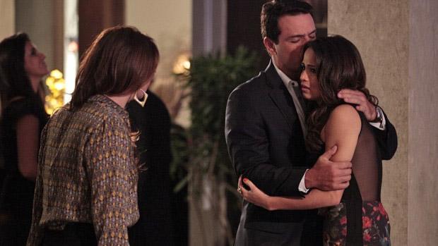 Théo (Rodrigo Lombardi) consola Morena (Nanda Costa) pela notícia do sequestro da filha, Jéssica Vitória