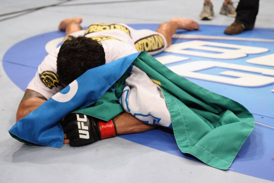 Thiago Tavares comemora sua vitória no UFC Rio 2012