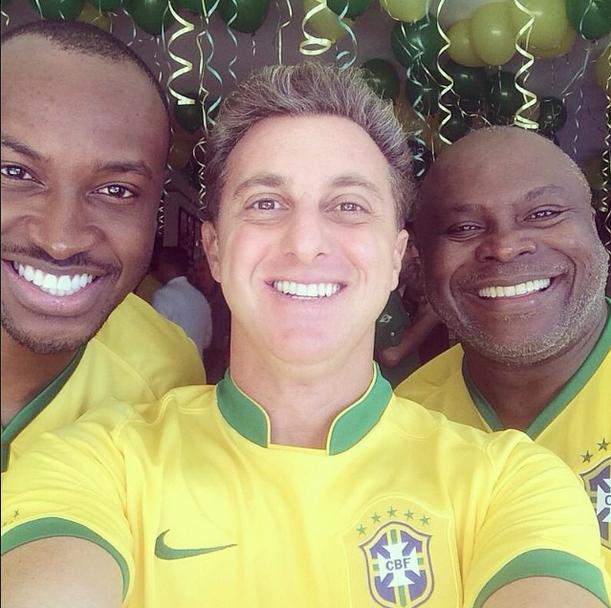 Cantor Thiaguinho posta foto com seu pai e o apresentador Luciano Huck