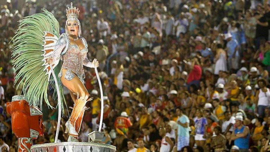 Destaque em carro alegórico durante desfile da Unidos da Tijuca
