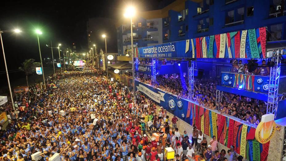 Multidão segue o trio elétrico comandado pelo  Timbalada no circuito Dodô, no primeiro dia do carnaval de Salvador