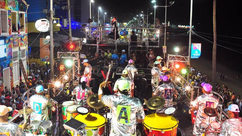 Os famosos tambores do grupo Timbalada embalam o primeiro dia de Carnaval em Salvador