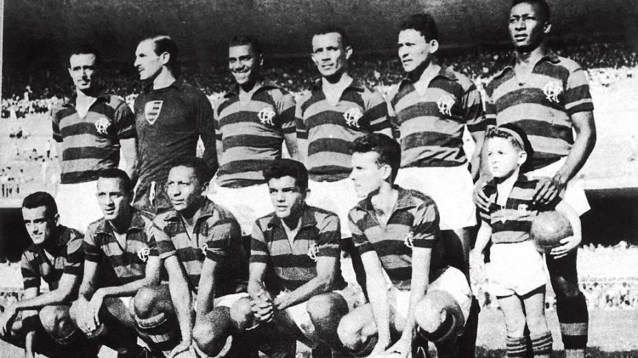 Time do Flamengo, campeão carioca em 1955: em pé, Pavão, Chamorro, Servílio, Tomires, Dequinha e Jordan; agachados, Joel, Duca, Índio, Dida e Zagallo