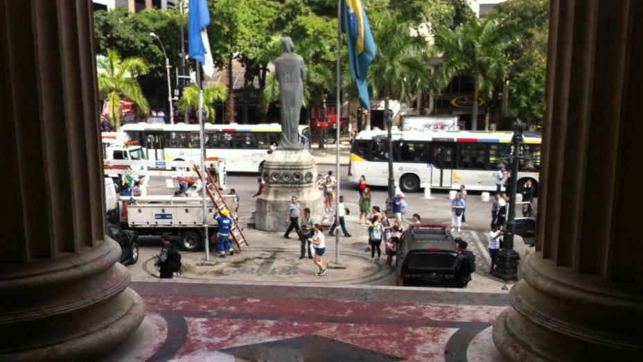 Entrada da Alerj com as tintas vermelhas carregadas pelos manifestantes