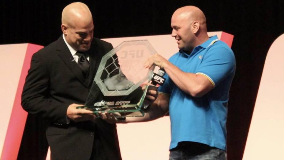 Tito Ortiz recebe homenagem de Dana White antes do UFC 148, em Las Vegas