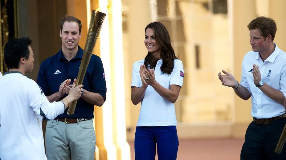 Príncipe William e Kate Middleton recebem a Tocha Olímpica no palácio de Buckingham