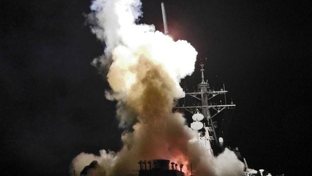 Destróier americano Barry (DDG 52) dispara míssil Tomahawk contra alvo líbio