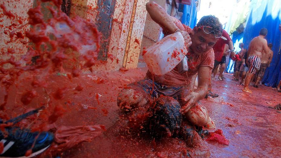 Cem toneladas de tomate foram usadas em uma das maiores guerras de comida do mundo, que se encontra em sua 64ª edição