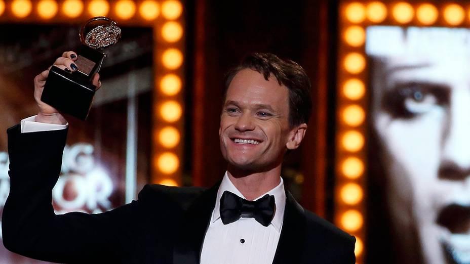Neil Patrick Harris recebe prêmio da categoria melhor performance em um musical
