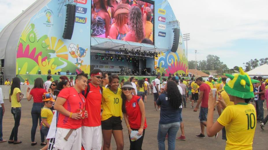 Torcedores coreanos tiram fotos com brasileira na Fan Fest Fifa em Cuiabá