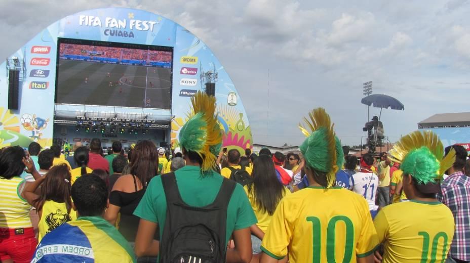 Torcedores da seleção brasileira assistem partida contra o México na Fan Fest em Cuiabá