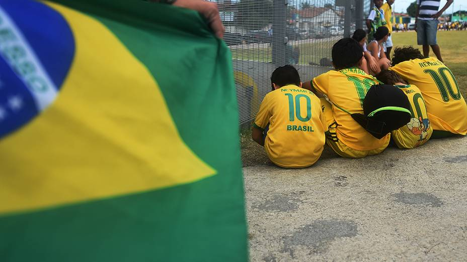 Crianças esperam pela chegada da seleção brasileira no Castelão, em Fortaleza