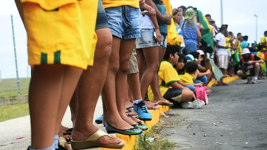 Torcedores aguardam pela chegada da seleção brasileira no Castelão, em Fortaleza