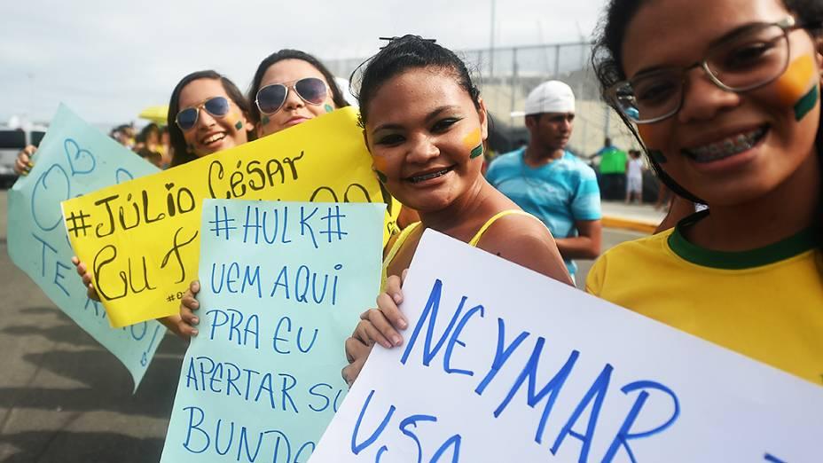 Fãs escrevem cartazes para os jogadores da seleção brasileira no Castelão, em Fortaleza