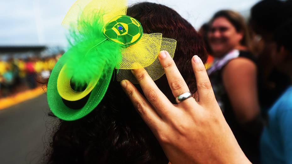 Torcedora do Brasil aguarda pela chegada da seleção brasileira no Castelão, em Fortaleza