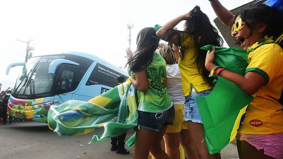 Crianças vibram com a chegada da seleção brasileira no Castelão, em Fortaleza