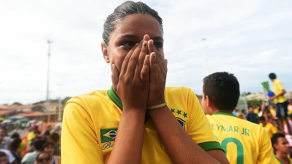Torcedora se emociona com a chegada da seleção brasileira no Castelão, em Fortaleza