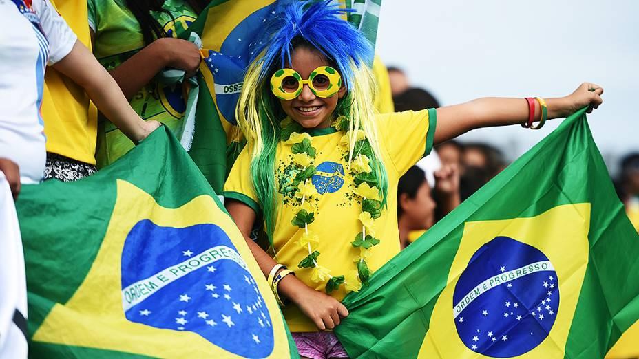 Criança espera pela chegada da seleção brasileira no Castelão, em Fortaleza