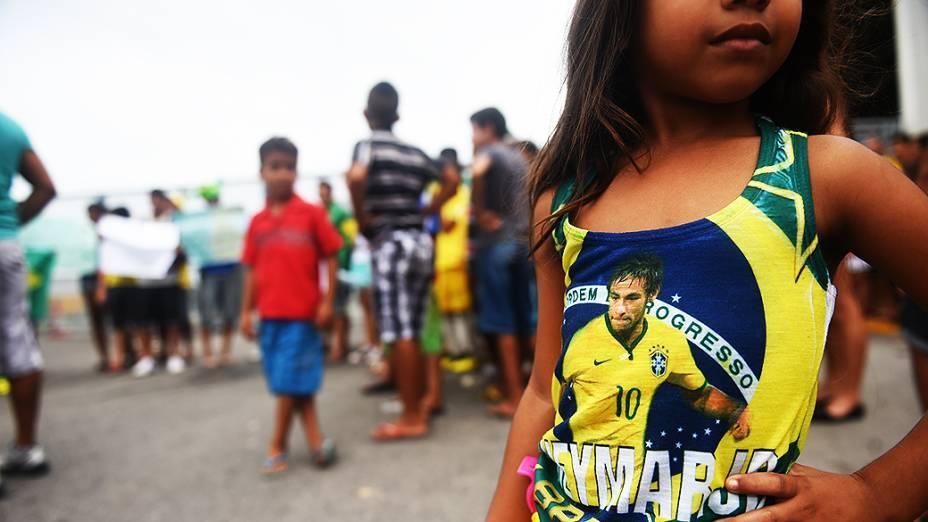 Menina veste uma camiseta com a estampa de Neymar