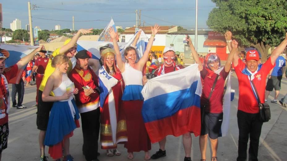 Torcedores russos se divertem na entrada da Arena Pantanal