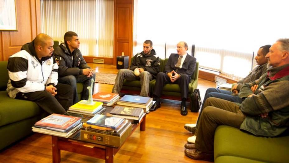 Torcedores soltos são recebidos na embaixada do Brasil na Bolívia