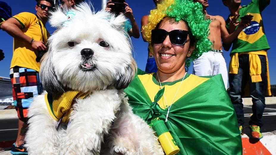 Torcedora leva seu cachorro para a abertura da Copa do Mundo no Itaquerão, em São Paulo