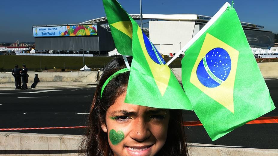 Menina posa para foto em frente ao Itaquerão, em São Paulo