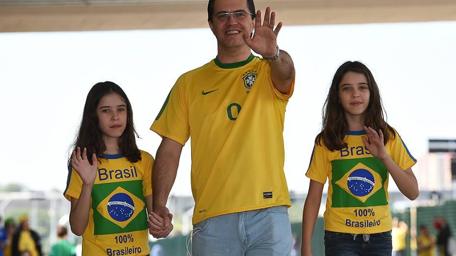 Torcedores chegam para a abertura da Copa no Itaquerão, em São Paulo