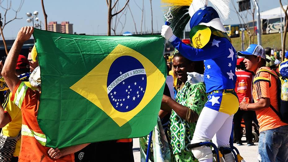 Torcedores exibem bandeira do Brasil em frente ao Itaquerão, em São Paulo