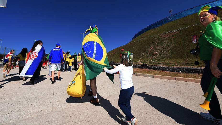 Torcedores do Brasil e Croácia chegam para o jogo de abertura da Copa no Itaquerão, em São Paulo