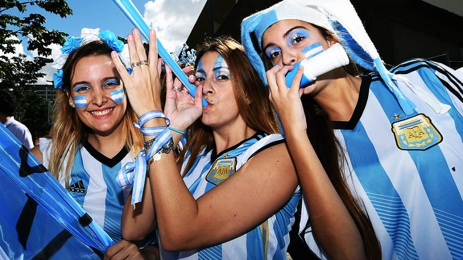 Torcedoras da Argentina chegam no Maracanã para a final da Copa contra a Alemanha, no Rio