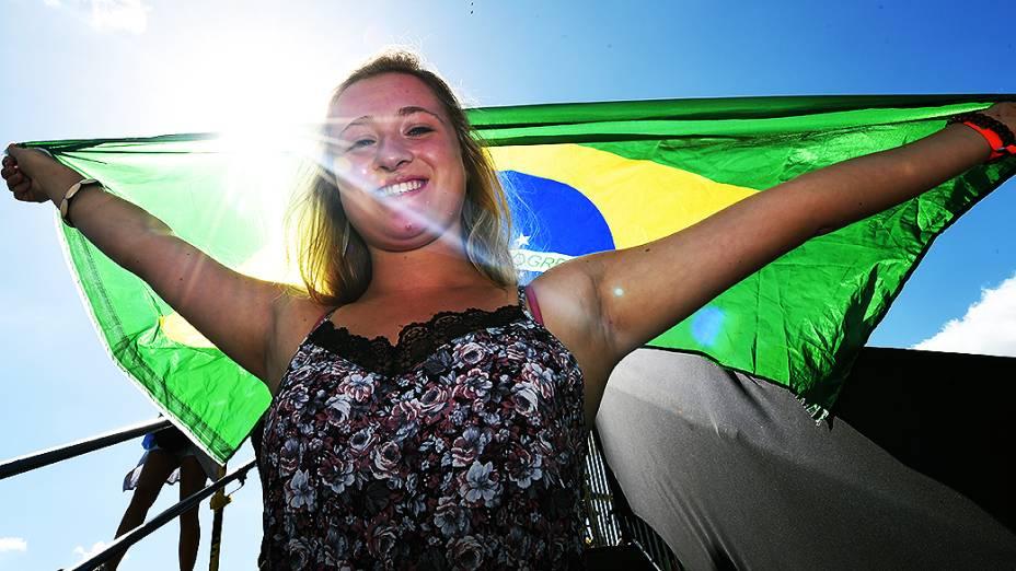 Torcedora segura uma bandeira do Brasil antes da final da Copa no Maracanã, no Rio