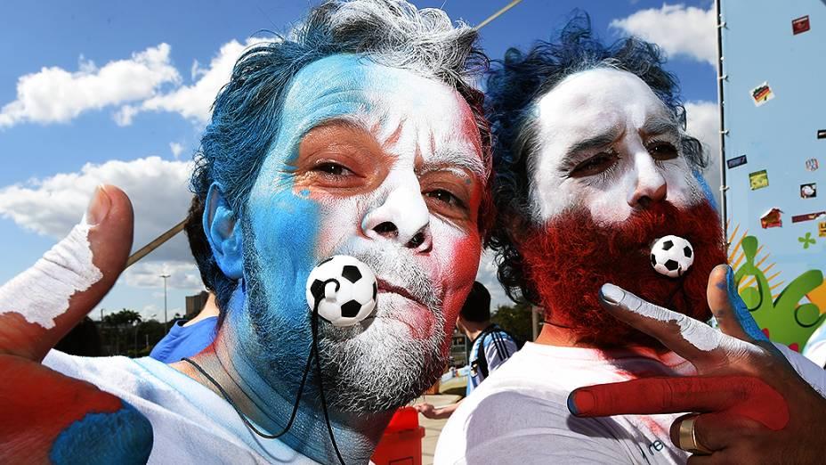 Torcedores pintam o rosto com as cores da bandeira da França para a final no Maracanã, no Rio