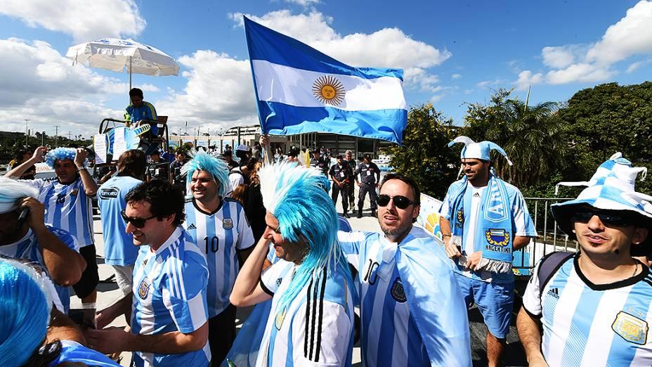 Torcedores argentinos chegam no Maracanã para a final da Copa contra a Alemanha, no Rio