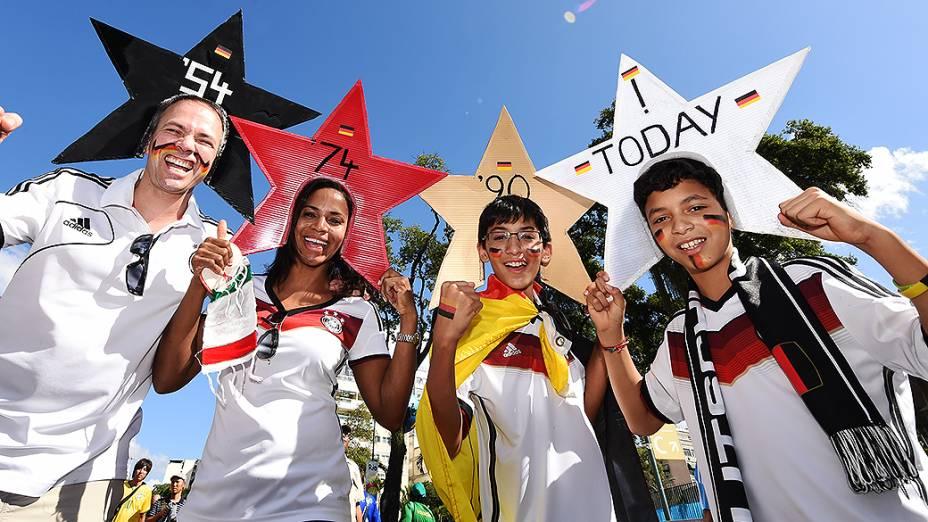 Torcedores usam estrelas na cabeça com a data dos mundiais conquistado pela Alemanha, no Rio